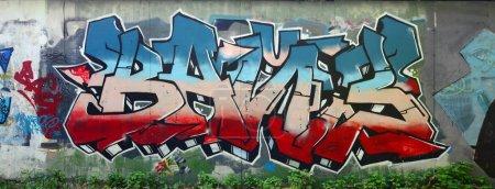 Photo pour Oeuvre de graffiti complet et accompli. Le vieux mur orné de taches de peinture dans le style de la culture de l'art de la rue. Texture de fond coloré. - image libre de droit