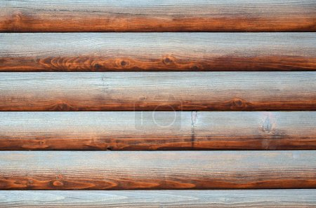 Photo pour Bois cousu. Mur en rondins rustique fond horizontal en bois. Fragment de grumes écorcées en bois non peintes. Maison mur texture papier peint - image libre de droit