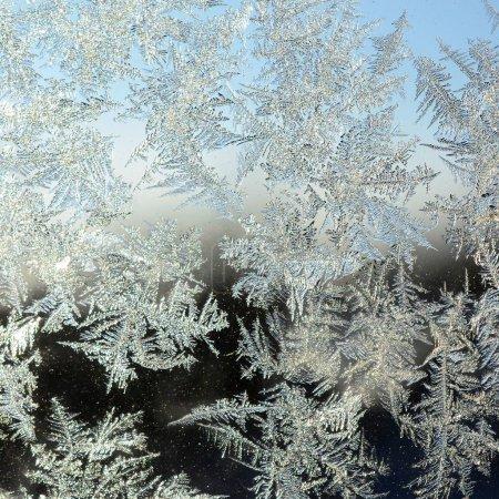 Photo pour Flocons de neige givre rime macro sur vitre vitre. Glace colorée sur la surface de la fenêtre, texture de fond naturelle - image libre de droit