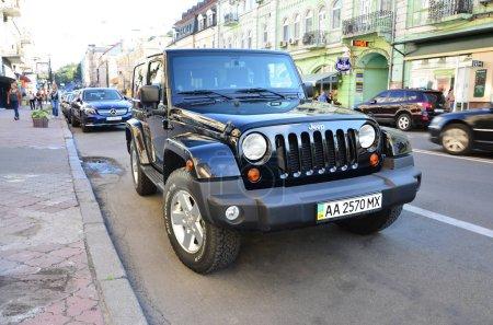 Photo pour KYIV, UKRAINE - 19 SEPTEMBRE 2017 : Jeep Wrangler Sahara Black Jeep. Marque d'automobiles américaines qui est une division de FCA US LLC, filiale en propriété exclusive de Fiat Chrysler Automobiles - image libre de droit