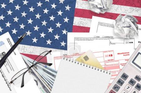 Photo pour Formulaire IRS 1099-MISC Les revenus divers se trouvent sur une table de bureau plane et sont prêts à être remplis. U.S. Internal revenue services paperwork concept. Il est temps de payer des impôts aux États-Unis. Vue du dessus - image libre de droit