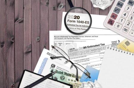 Photo pour Formulaire 1040-es du SRI L'impôt estimatif des particuliers repose sur une table de bureau plate et prête à être remplie. U.S. Internal revenue services paperwork concept. Il est temps de payer des impôts aux États-Unis. Vue du dessus - image libre de droit