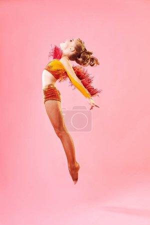 Foto de Danza contemporánea. Una niña realiza una compleja danza acrobática. Danza moderna en un fondo colorido brillante. - Imagen libre de derechos