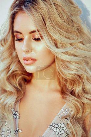 Photo pour Dame de beauté avec la coiffure de mariage long cheveu blond bouclé et maquillage nuptiale. Verticale du modèle sensuel de boho belle mariée. Femme blonde de mode dans la robe de dentelle de boudoir - image libre de droit