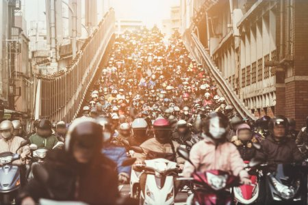 Photo pour Les motos descendent le pont de Taipei, portant des masques pendant les heures de pointe le matin - image libre de droit