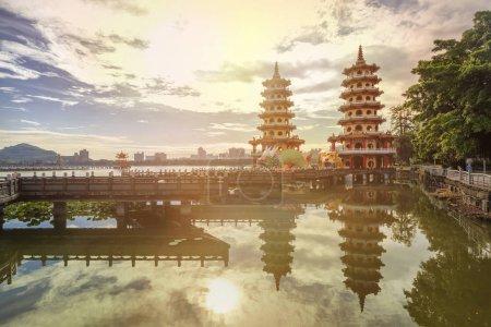 Photo pour Vue de l'aube des pagodes dragon et tigre à Lotus Pond, Kaohsiung, Taiwan - image libre de droit