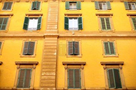 Photo pour Façade du bâtiment résidentiel avec grandes fenêtres avec volets roulants . - image libre de droit