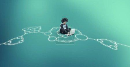 Foto de Hombre trabajando en el ordenador portátil en medio de un boceto de red dibujado en el suelo . - Imagen libre de derechos