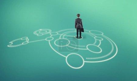 Foto de Empresario se encuentra en medio de un boceto de red dibujado en el suelo . - Imagen libre de derechos