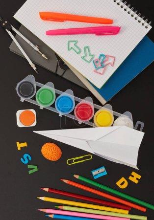 Photo pour Fournitures scolaires sur tableau noir - image libre de droit