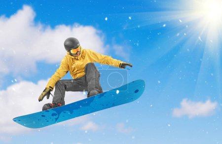Snowboarder effectuant un saut