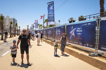 Photo pour TEL AVIV, ISRAEL. May 11, 2019. People curious about the preparations to the international Eurovision song contest in the Eurovision village in the central Tel Aviv. Eurovision 2019 concept, Dare to dream - image libre de droit