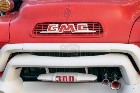 Photo pour Moscou, Russie - 19 octobre 2019 : Gmc 300 camion incendie à l'exposition de voitures rétro dans le parc Gorky - image libre de droit