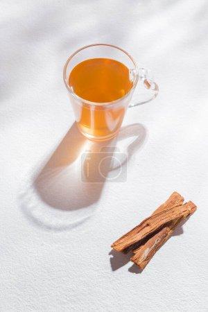 Photo pour Bark and tea of cat's claw plant on white background - Uncaria tomentosa - image libre de droit