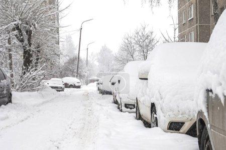 Photo pour Machines couvertes de neige, tempête hivernale. Les véhicules sont recouverts de neige, de mauvais temps. - image libre de droit