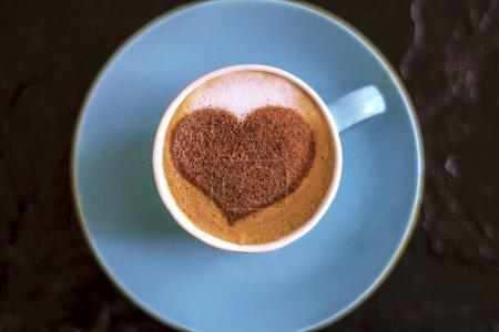 Photo pour Café dans une tasse à la menthe avec un motif de coeur et un cadeau enveloppé - image libre de droit