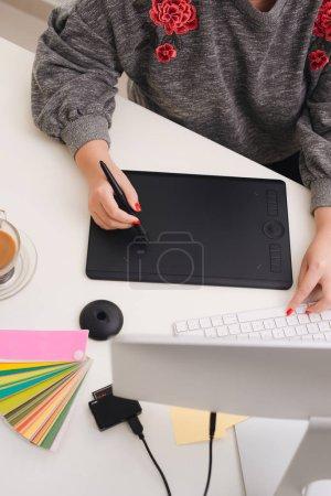 Photo pour Graphiste travaillant avec tablette numérique de bureau. - image libre de droit