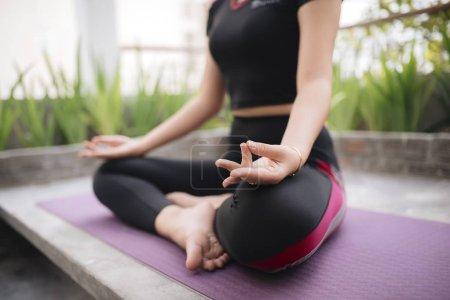 Photo pour Belle femme faisant du yoga en plein air sur un toit-terrasse - image libre de droit