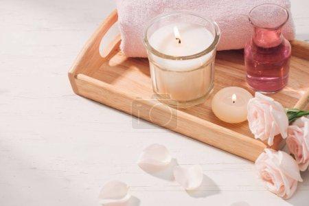Photo pour Spa et aromathérapie rose fleurs et huiles essentielles avec des bougies. - image libre de droit