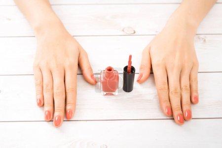 Photo pour Manucure et soins des ongles. Belles femelles mains avec vernis à ongles. Manucure rouge - image libre de droit