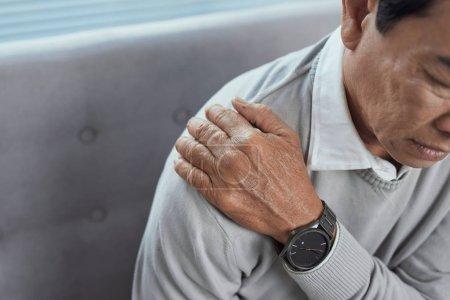 Photo pour Vieil homme âgé avec douleur à l'épaule. Grand-père avec inhury épaule à la maison - image libre de droit