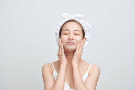 Photo pour Belle jeune femme asiatique avec une peau parfaite isolée sur fond blanc. - image libre de droit