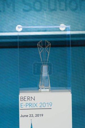 Photo pour Berlin, Allemagne - 25 mai 2019 : le trophée Voestalpine European Races est décerné grâce à une technologie d'impression 3D innovante offerte au meilleur conducteur de toutes les courses de rue entièrement électriques de la Formule Abb Fia E. - image libre de droit