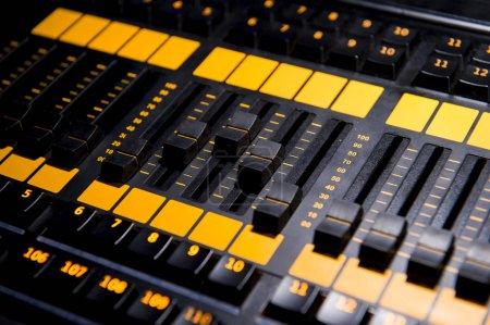 Photo pour Panneau de contrôle du mélangeur sonore, gros plan - image libre de droit