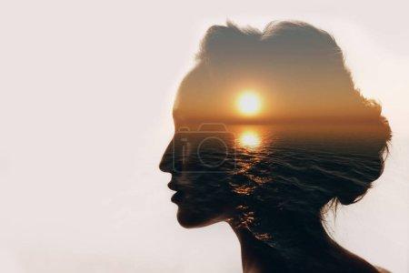 Photo pour Concept de psychologie. Lever du soleil et la femme silhouette. - image libre de droit