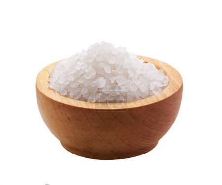 Foto de Cristales blancos de sal en un tazón de madera aislada - Imagen libre de derechos
