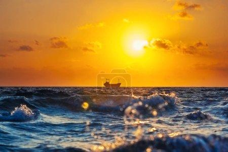 Photo pour Navire cargo au coucher du soleil dans la mer Méditerranée - image libre de droit
