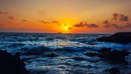 Photo pour Vue sur la mer et petit navire, Mer Méditerranée, Chypre - image libre de droit