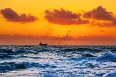 Photo pour Silhouette bateau au coucher du soleil en mer Méditerranée - image libre de droit