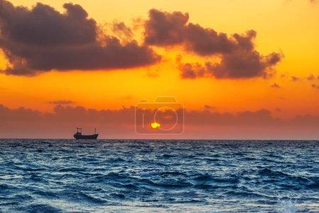 Photo pour Paysage marin avec cargo au coucher du soleil, dans la mer Méditerranée - image libre de droit