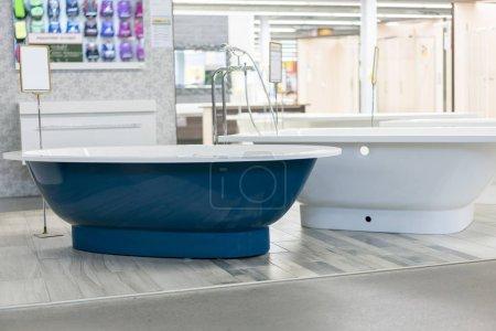 Photo pour Bain bleu dans le magasin. hite bain dans le magasin de bâtiment. bains dans le magasin de plomberie. Boutique de génie sanitaire. Salle de bains blanche. bains de la boutique. Plomberie. nouvelles salles de bain. Salle de bain sur pattes forgées belles. - image libre de droit