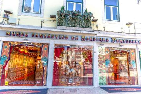 """Photo pour Lisbonne, Portugal - 5 mai 2018 - Devant le magasin """"Mundo Fantastico das Sardinhas Portuguesa"""", un célèbre magasin de sardines du centre-ville de Lisbonne au Portugal - image libre de droit"""