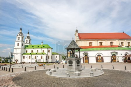 Photo pour Minsk (Bélarus), 28 juin 2018 - un boulevard avec une église orthodoxe et un bâtiment historique dans un jour de ciel bleu en Biélorussie - image libre de droit