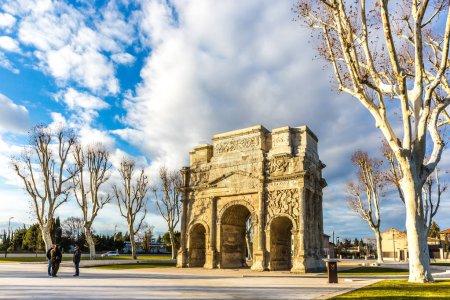 Photo pour Orange, France - 10 décembre 2017 - Touriste devant l'Arc triomphal, un patrimoine romain, datant de la domination d'Auguste au 1er siècle à Orange en France - image libre de droit