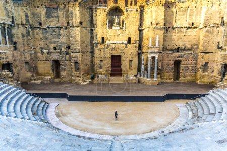 Photo pour Orange, France - 10 décembre 2017 - Jeune touriste solitaire à l'intérieur du Théâtre Romain, l'un des plus grands sites antiques d'Europe - image libre de droit