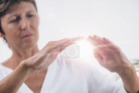 Photo pour Horizontale de l'image de professionnel guérisseur Reiki Reiki distance guérison traitement de faire. Concept de thérapie alternative - image libre de droit