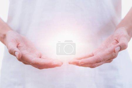 Photo pour Bouchent horizontale de l'image de la distance entre les mains du thérapeute au traitement Reiki de guérison. Concept de thérapie alternative - image libre de droit