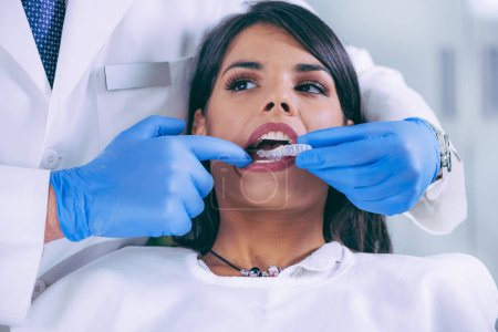 Photo pour Femme à la procédure de blanchiment des dents - image libre de droit