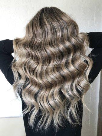 Photo pour Cheveux longs blonds avec balayage, style bouclé - image libre de droit