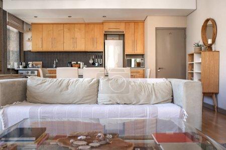 Photo pour Intérieur d'un salon confortable d'un petit appartement moderne avec la cuisine en arrière-plan - image libre de droit