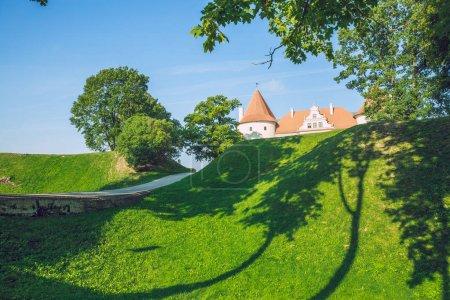 Stadt bauska, Republik Lettland. Park mit altem Schloss. Bäume und Gr