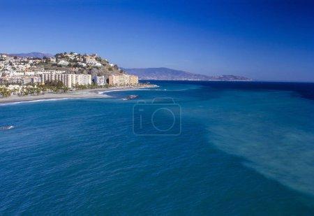 Photo pour Vue panoramique sur la Playa De La Caletilla, Almunecar, Andalousie, Espagne - image libre de droit