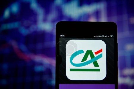 Photo pour Ivano-Frankivsk, Ukraine - 22 mai 2019 : Le logo du Crédit Agricole est visible sur un smartphone sur la carte de stock. Le logo Credit Agricole est affiché sur l'écran d'un appareil mobile . - image libre de droit