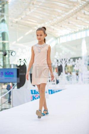 Photo pour Kiev, Ukraine mars 03.2019. Ukfw. Ukrainienne Kids Fashion Day. Modèle fillette porté à robe pastel posant au podium du défilé de mode - image libre de droit