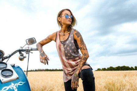 Photo pour Attrayant élégant fille dangereuse posant avec vélo dans la nature déserte - image libre de droit