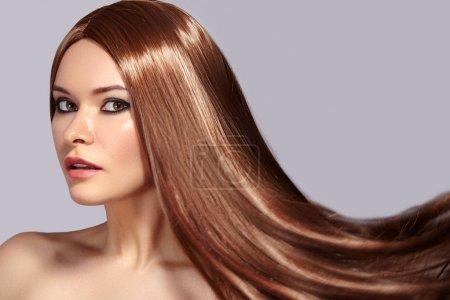 Photo pour Mode modèle femme avec beaux cheveux Long gonflant. Femme Sexy glamour avec en bonne santé et beauté cheveux bruns de vol. Concept de soins de la peau et la coiffure - image libre de droit